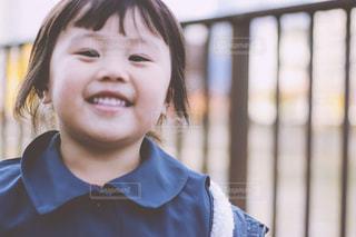 カメラに向かって笑みを浮かべて少女 - No.879780
