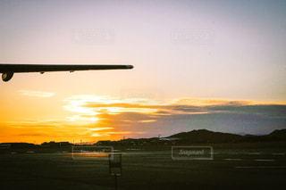 夕焼けの空港の写真・画像素材[903728]
