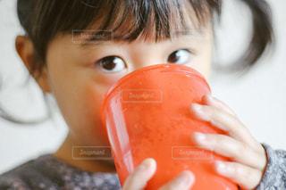 コップで飲む子供の写真・画像素材[913620]