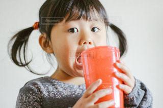 ジュースを飲む子供の写真・画像素材[913623]