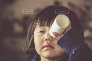 未来をのぞく子どもの写真・画像素材[924204]