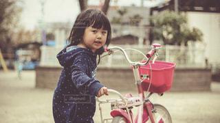 自転車を押す女の子の写真・画像素材[924228]