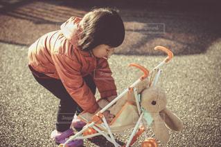 おもちゃで遊ぶ子供 - No.937983