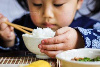 ごはんを食べる女の子の写真・画像素材[968646]