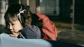 ソファの上に座っている若い女の子 - No.993007
