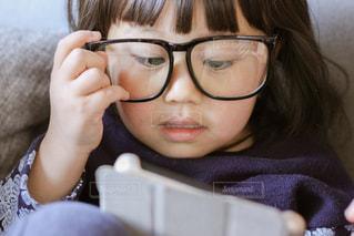 タブレットを見る子供の写真・画像素材[1006544]