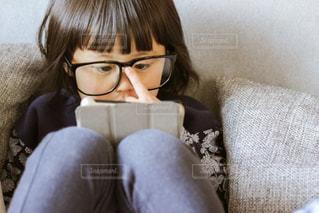 タブレットを見る子供の写真・画像素材[1006545]