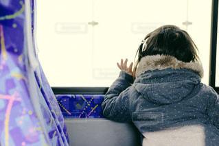バスから手を振る子供の写真・画像素材[1027991]