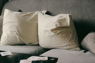 ソファとクッションの写真・画像素材[1052169]