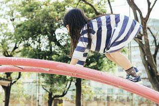 公園で遊ぶ子ども - No.1097436