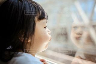 電車で外を眺める子供の写真・画像素材[1141513]