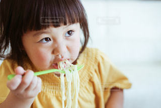 食事をする子どもの写真・画像素材[1167514]