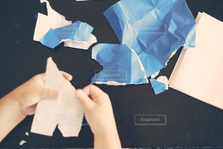 折り紙で工作する子供の写真・画像素材[1201510]