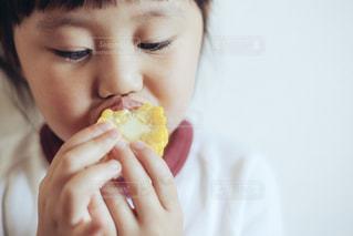 とうもろこしを食べる子供の写真・画像素材[1203426]