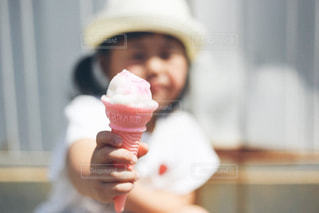 アイスを食べる子どもの写真・画像素材[1216193]