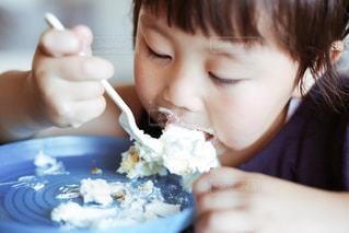 ケーキを食べる子供の写真・画像素材[1243756]