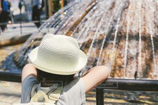 噴水の前で休憩する子供の写真・画像素材[1269158]