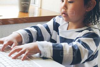 タイピング練習をする子供の写真・画像素材[1269159]