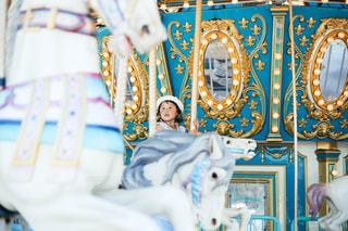 メリーゴーランドに乗る子供の写真・画像素材[1310220]