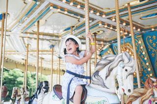 メリーゴーランドに乗る子供の写真・画像素材[1313191]