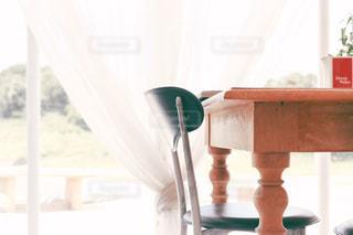 窓辺のテーブルと椅子の写真・画像素材[1382253]