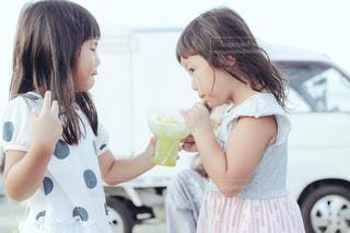 かき氷を食べる姉妹の写真・画像素材[1388684]