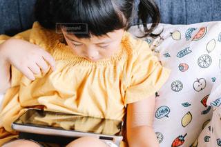 動画を見る子供の写真・画像素材[1553431]