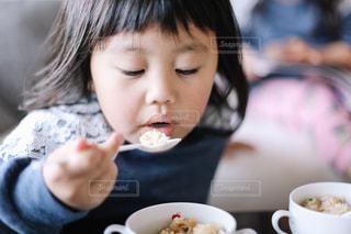 ごはんを食べる子供の写真・画像素材[1651916]