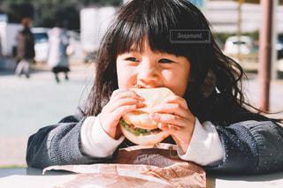 ハンバーガーを食べる子供の写真・画像素材[1701425]