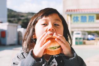 ハンバーガーを食べる子供の写真・画像素材[1701426]