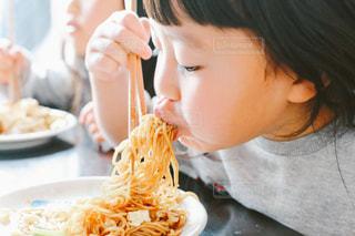 食事をする子どもの写真・画像素材[1836116]