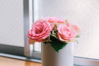 ピンクの花でいっぱいの花瓶の写真・画像素材[2092897]