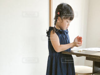 部屋に立っている小さな女の子の写真・画像素材[2330844]