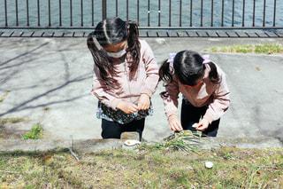 外で遊ぶ子供の写真・画像素材[3036407]