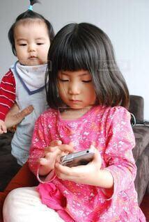 スマホに見入る子供達の写真・画像素材[3650233]