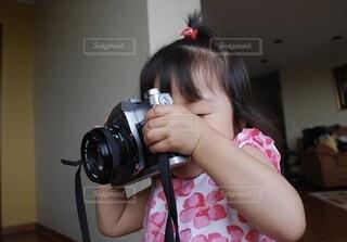 カメラを持っている少女の写真・画像素材[3666747]