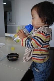一人で水を飲める赤ちゃんの写真・画像素材[3686451]