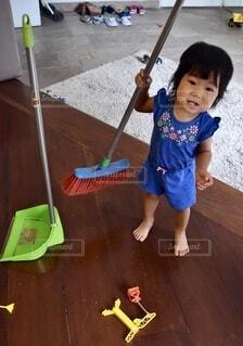 掃除をしたがる女の子の写真・画像素材[3694681]