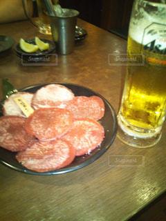 焼肉とビールの写真・画像素材[1678980]