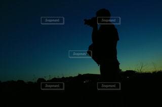 黒い髪と背景の夕日で男の写真・画像素材[1246279]