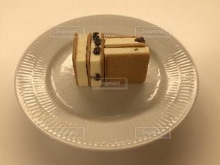 テーブルの上に座っているケーキの写真・画像素材[1620051]