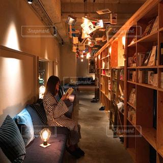 泊まれる本屋で読書の写真・画像素材[1620404]