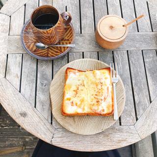 木製のテーブルの上に食べ物の写真・画像素材[1620438]