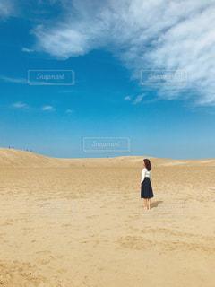 砂丘に立っている人の写真・画像素材[1620439]