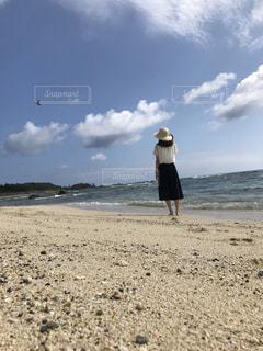 砂浜の上に立っている人の写真・画像素材[1621393]