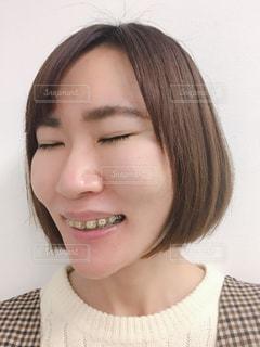 メガネをかけて、カメラで笑顔の女性の写真・画像素材[1714269]