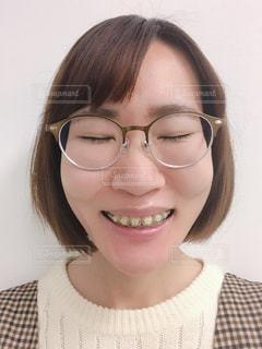 メガネをかけて、カメラで笑顔の女性の写真・画像素材[1714270]