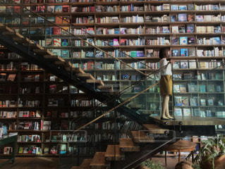 本棚のある部屋の写真・画像素材[2109613]