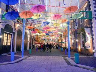 建物の隣にカラフルな傘の写真・画像素材[901623]
