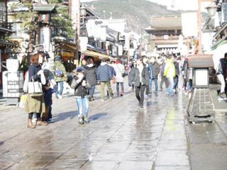 街の通りを歩いている人のグループの写真・画像素材[937546]